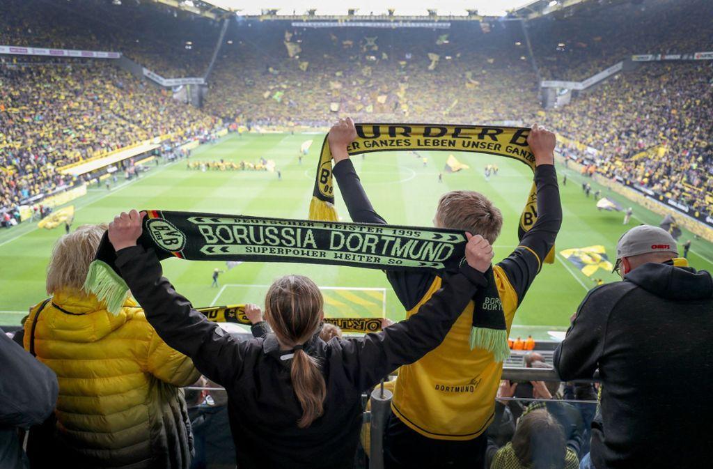 """In """"Inside Borussia Dortmund"""" erleben die Fans ihre Idole hautnah: Ob in der Umkleide, beim Frühstück oder unterwegs im Mannschaftsbus. Foto: dpa"""
