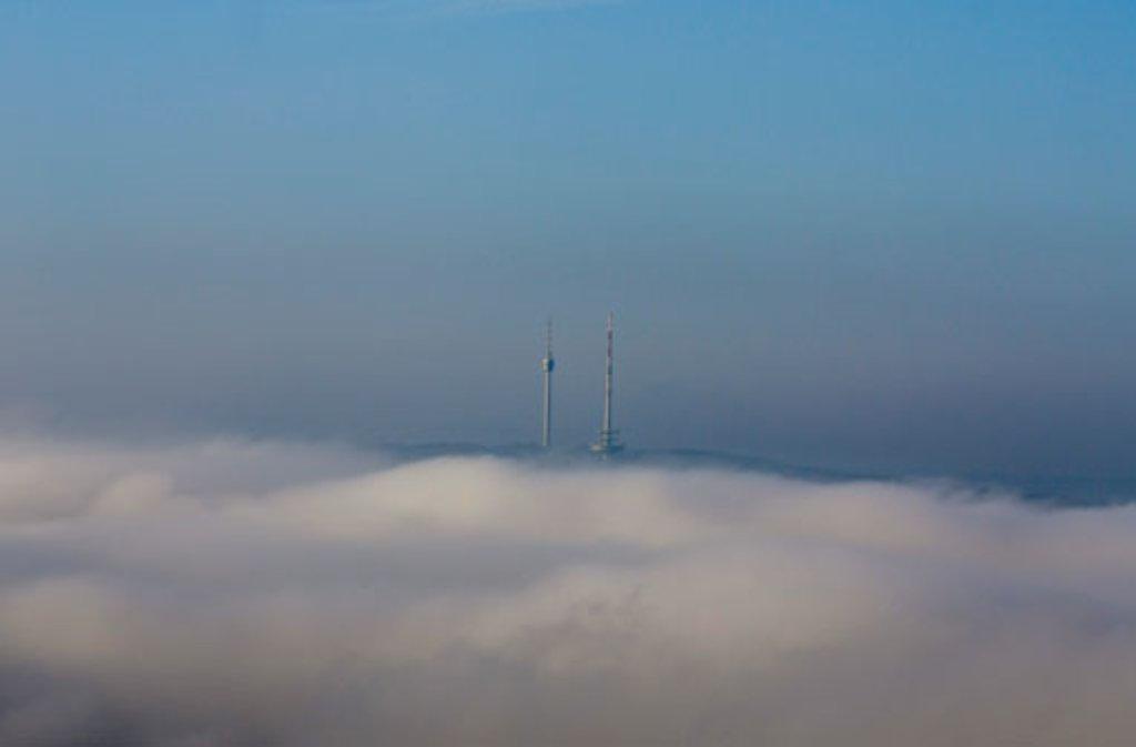 Nebel hüllt den Stuttgarter Fernsehturm mit dem Fernmeldeturm in ein dichtes Kleid. Foto: Leserfotograf reinerugele