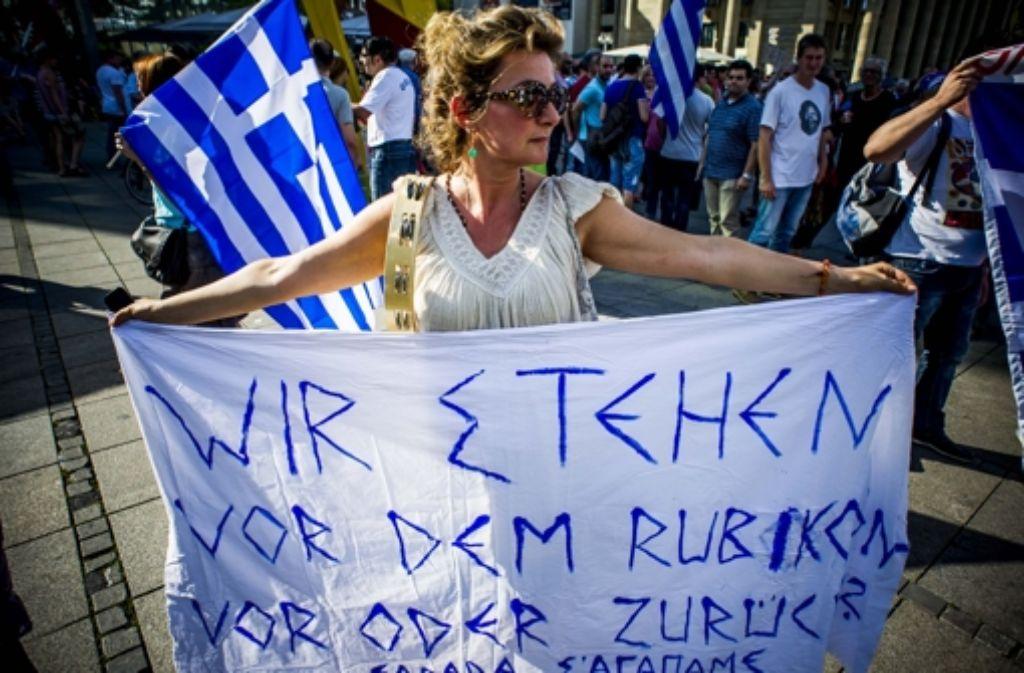 Auch in Stuttgart gehen Menschen für Griechenland auf die Straße – hier am Montag auf dem Schlossplatz. Foto: Lichtgut/Max Kovalenko
