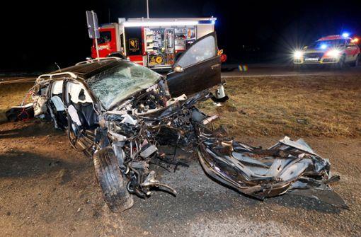 Auto prallt gegen Baum – Fahrer stirbt