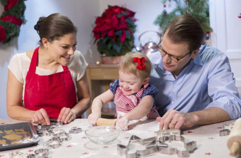 Mit mehligen Händchen und hochkonzentriert backt Estelle von Schweden mit ihren Eltern Victoria und Daniel Plätzchen. Foto: Kate Gabor/Kungahuset.se