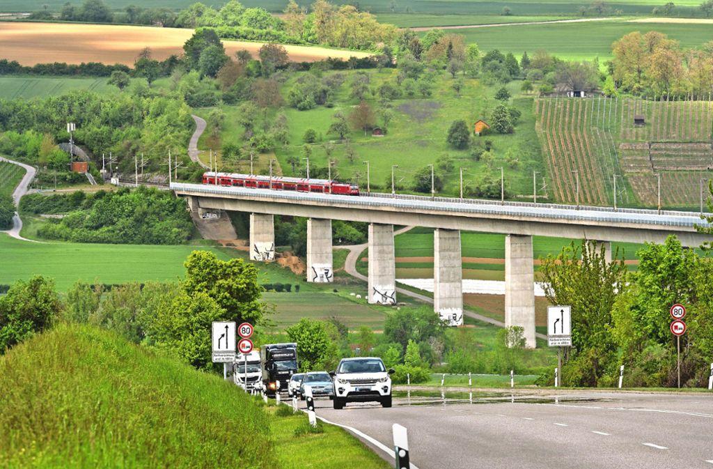 So wie das Bahnviadukt soll auch eine Umfahrung der Bundesstraße B 10 an  Enzweihingen vorbei durch das Enztal führen. Das ist umstritten. Foto: factum/