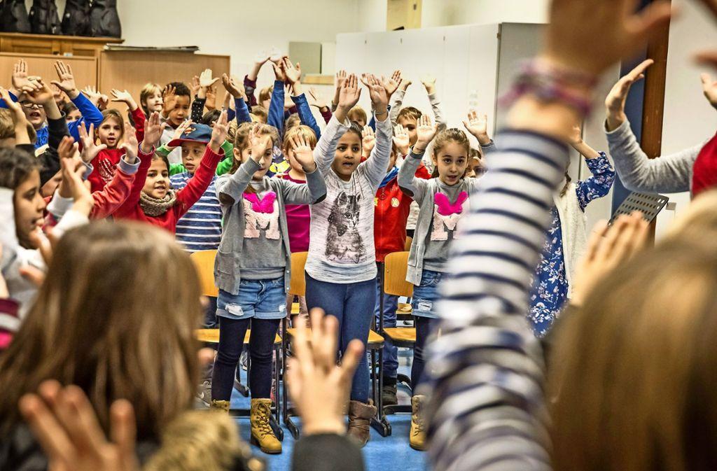 Auch eine kleine Tanzeinlage bringen die Grundschüler der Schwabschule in  ihrem Programm. Foto: Lichtgut/Julian Rettig