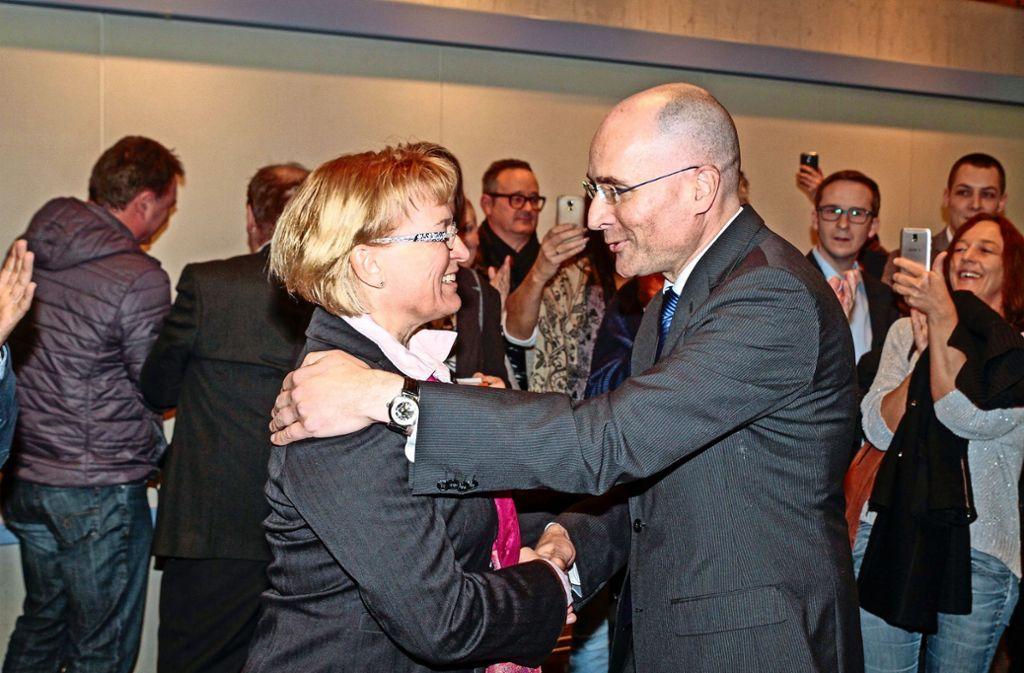 Einer der ersten Gratulanten ist Widmaiers Mitbewerber Jürgen Beck. Foto: factum/Bach