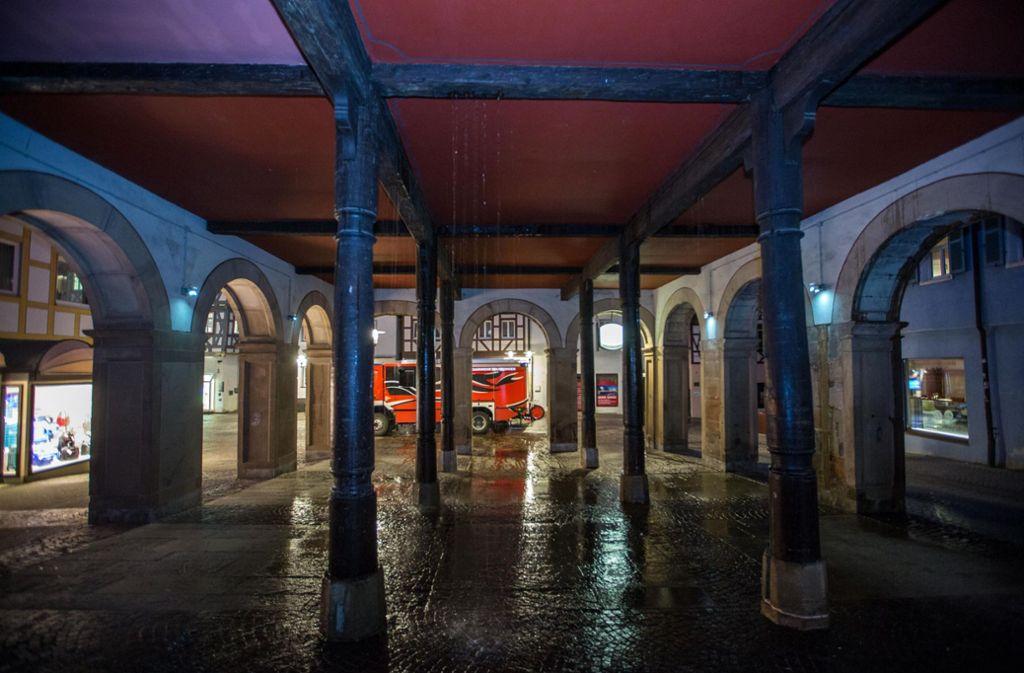 Das Wasser rinnt in Strömen aus dem Alten Rathaus in Waiblingen  auf das Kopfsteinpflaster. Foto: 7aktuell.de/Simon Adomat