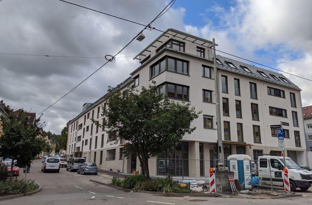 Die Wohnungen in dem Neubau sind bereits bezogen, die Räume des Bürgertreffs sind im Erdgeschoss an der Ecke Klingen- und Wagenburgstraße. Foto: Jürgen Brand