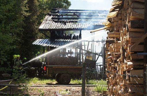 Scheune mit historischen Traktoren abgebrannt