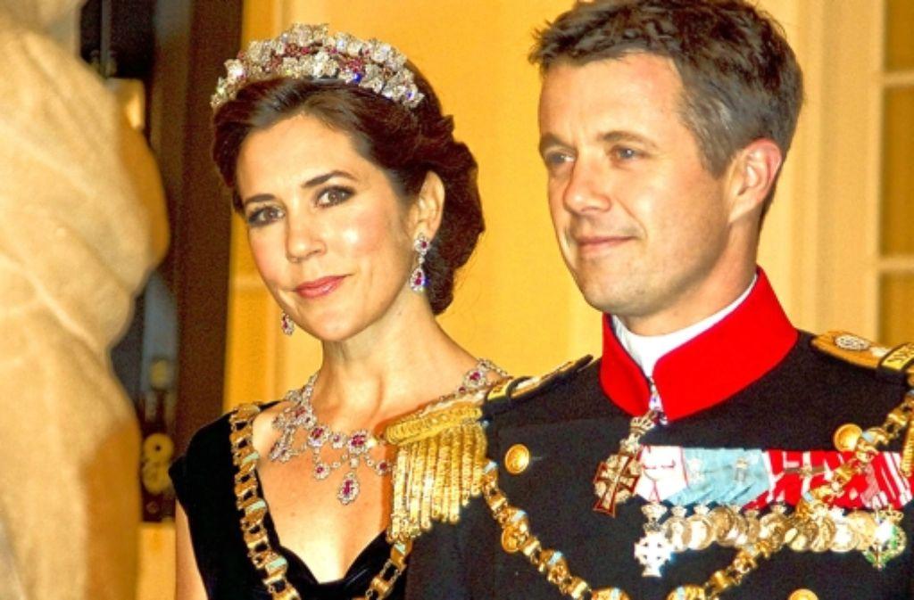 Anstrengend, dieses Ordentragen: Frederik und Mary von Dänemark Foto: dpa
