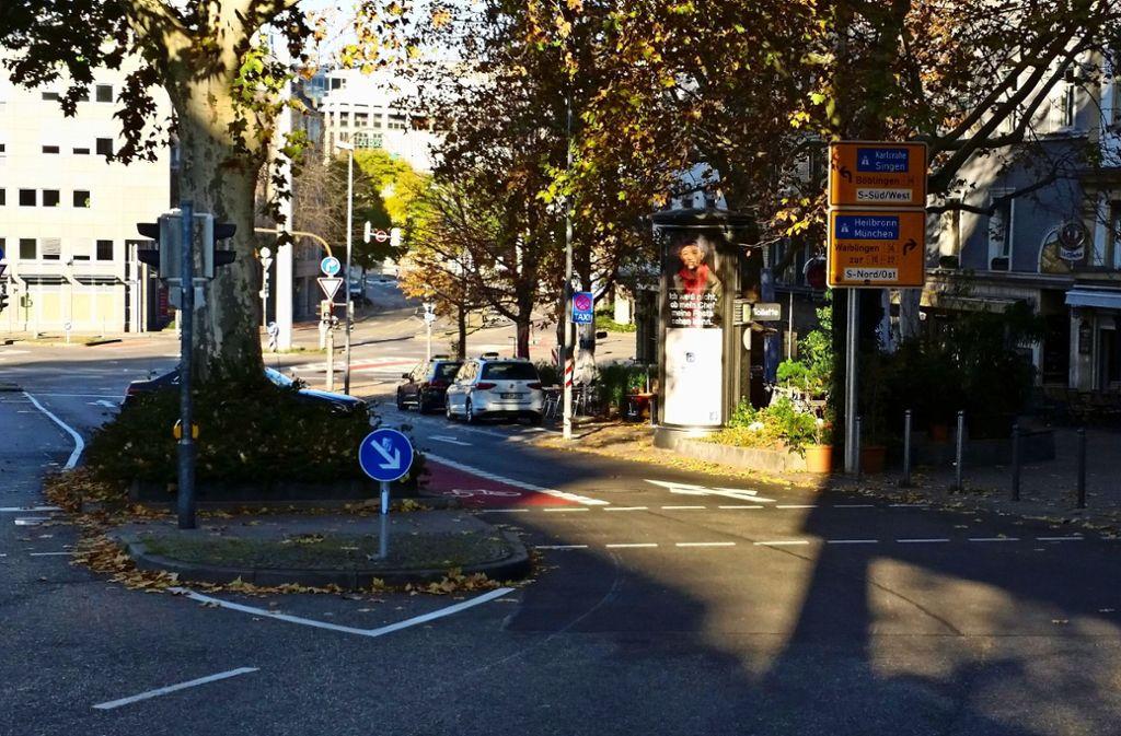 Die Radfahrer müssen sich nun, ebenso wie die Autofahrer, links einordnen (oben). Um vom Rotebühlplatz  in die Steinstraße zu kommen, müssen sie die Markierung kreuzen. Foto: Ayerle