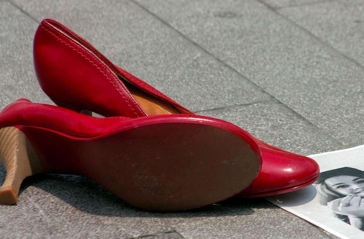 Etwa 20 Frauen wurden in Baden-Württemberg 2020 Opfer von Femiziden, mit roten Schuhen machen Frauen bei ihren Aktionen darauf aufmerksam (Symbolbild). Foto: imago/Xinhua