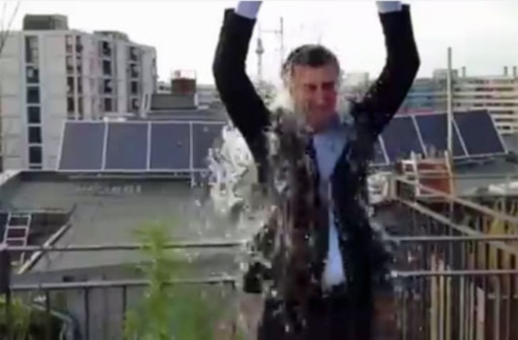 Cem Özdemir hat auch an der Ice Bucket Challenge teilgenommen. Mit im Bild: Eine Hanfpflanze. Diese Aktion bezeichnete nun ein Kriminalbeamter als Dusseligkeit. Foto: Yotube-Kanal Bündnis 90/Die Grünen