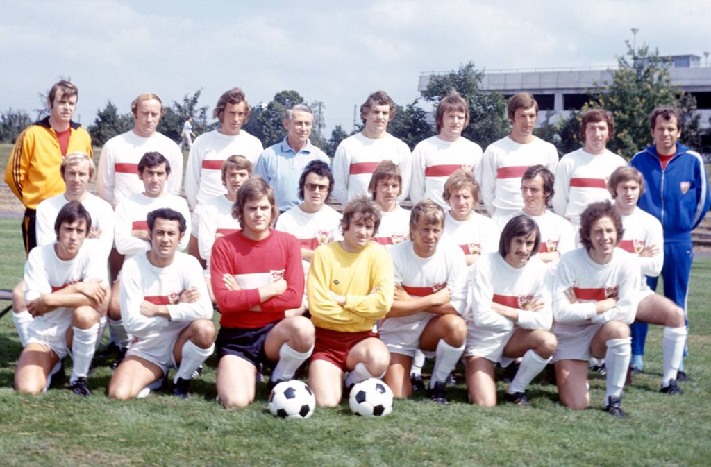 Peter Ohligschläger (rechts im blauen Trainingsanzug) in seinen Zeiten bei den Fußballern des VfB Stuttgart Foto: imago/Horstmann
