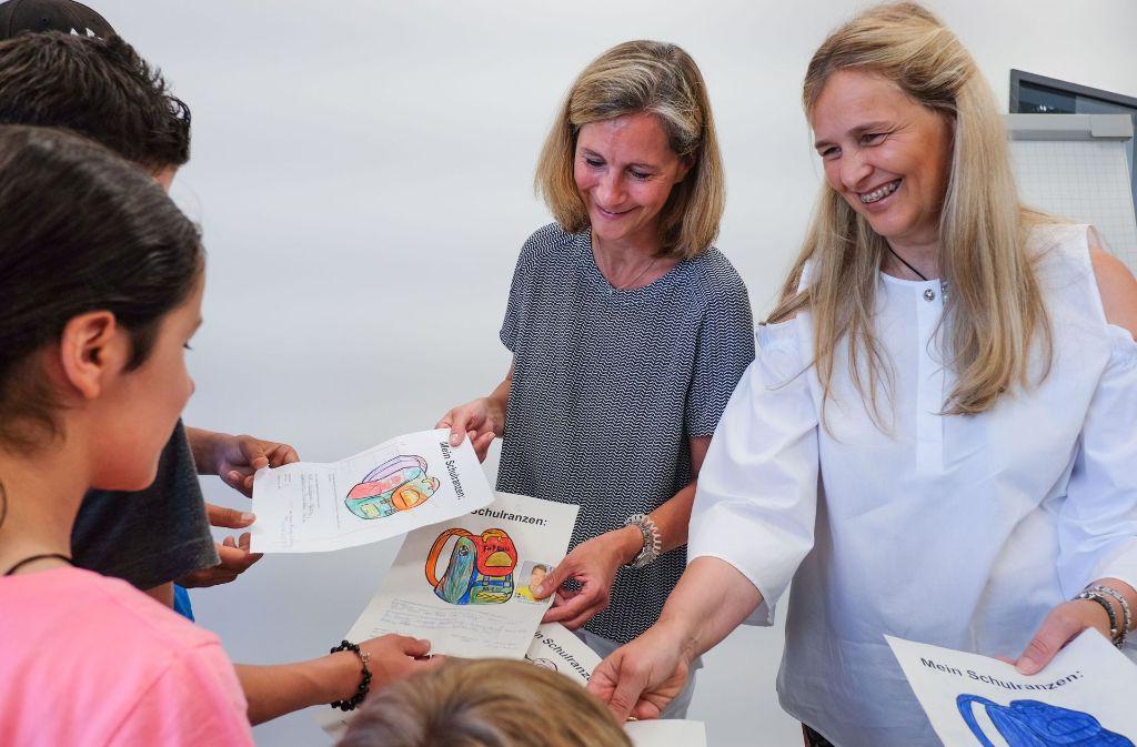 Erst auf Papier, dann in Echt: Silke Schmidt-Dencker (l.) und Petra Trick-Renschler verschenken Schulranzen. Foto: Lichtgut/Max Kovalenko