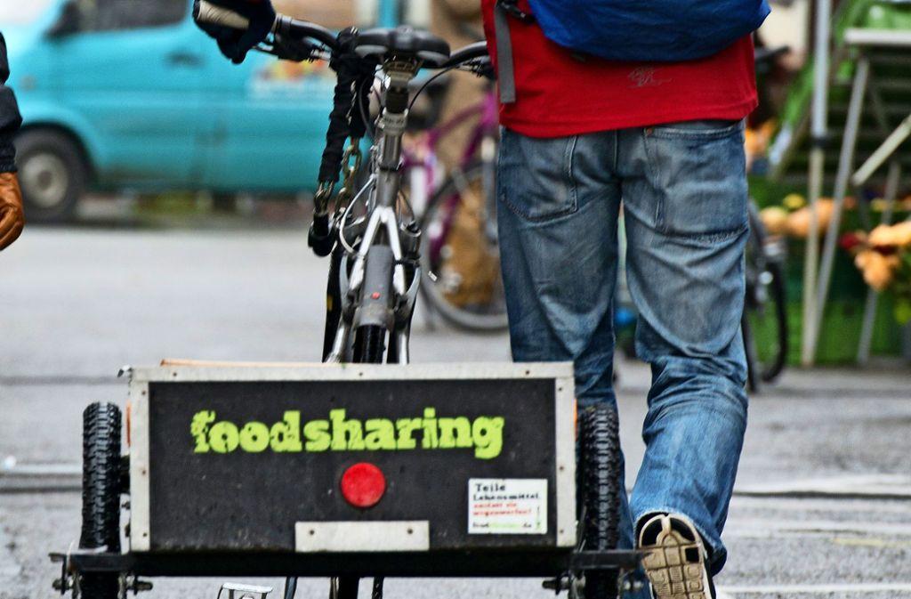 Wer mit dem Fahrrad fährt und Foodsharing betreibt, also Lebensmittel vor der Tonne rettet, tut viel für den Klimaschutz. Foto: dpa/Patrick Seeger