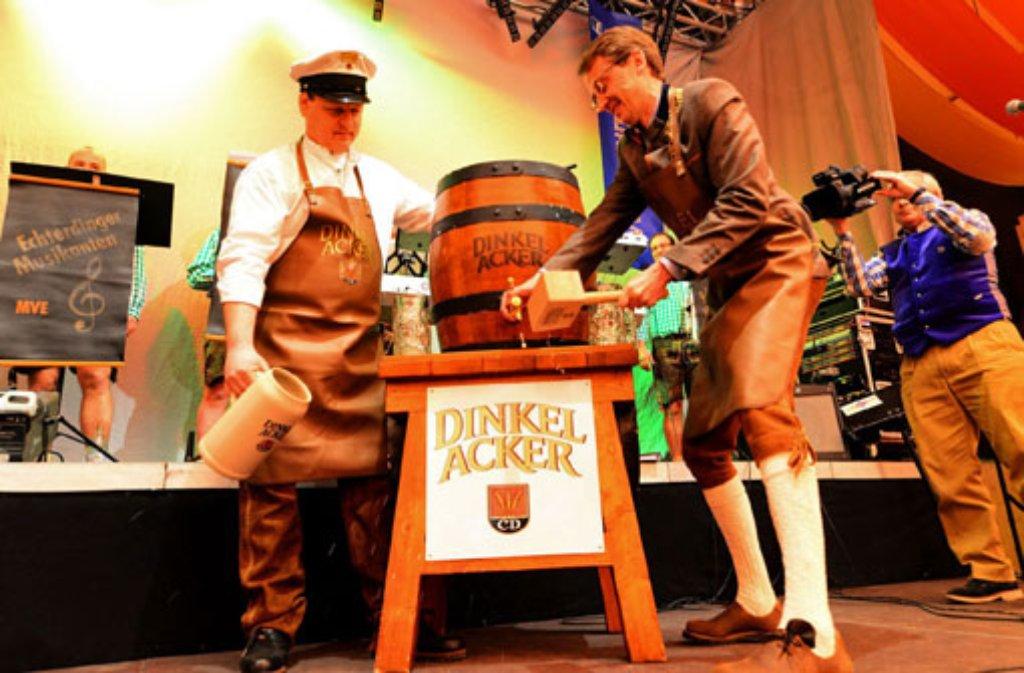 Sieben Schläge, dann war das Fass angezapft und das Frühlingsfest eröffnet: Stuttgarts Bürgermeister Michael Föll. Foto: 7aktuell.de