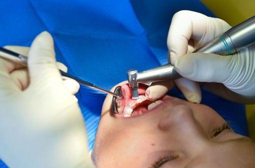 Dem Jungen  fehlen die Zähne