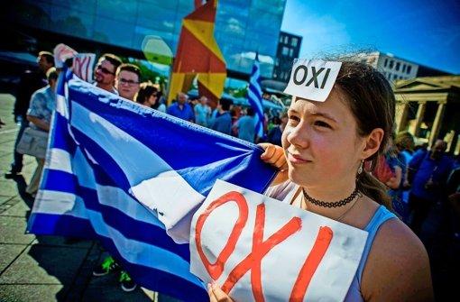 Gegner schwenken griechische Fahne