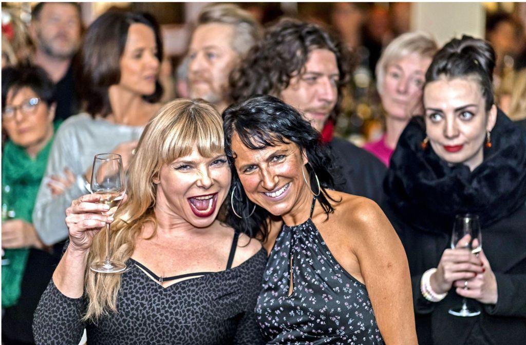 Die Entertainerin, Feministin und Burlesque-Tänzerin Sandra Steffl (links) trat in der Note für das Kinderhospiz auf. Rechts: ihre Gastgeberin Christina Lucia Semrau. Foto: Andreas Engelhard