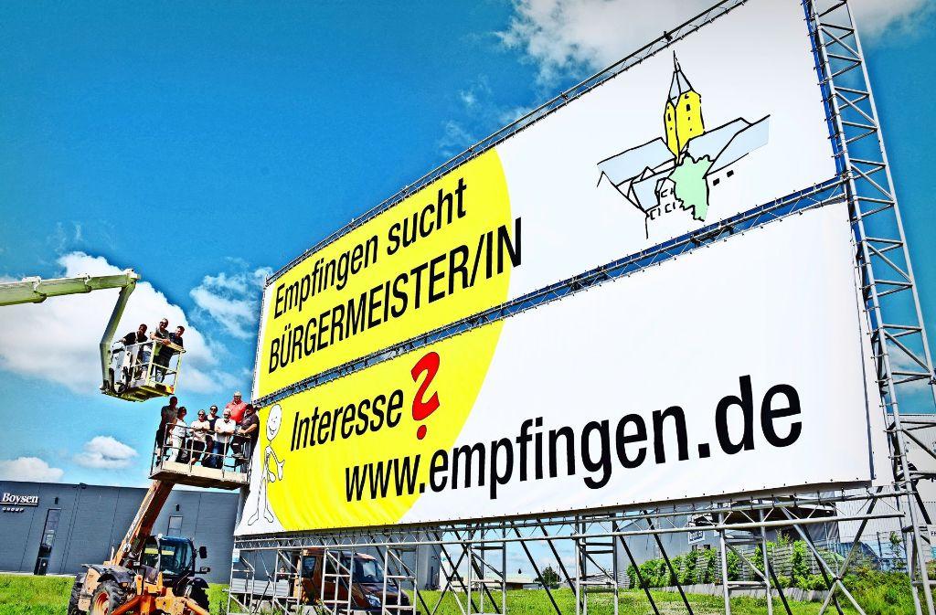 Der Gemeinderat (links) hat selbst das Werbeplakat aufgestellt. Foto: Breit, Schwabo