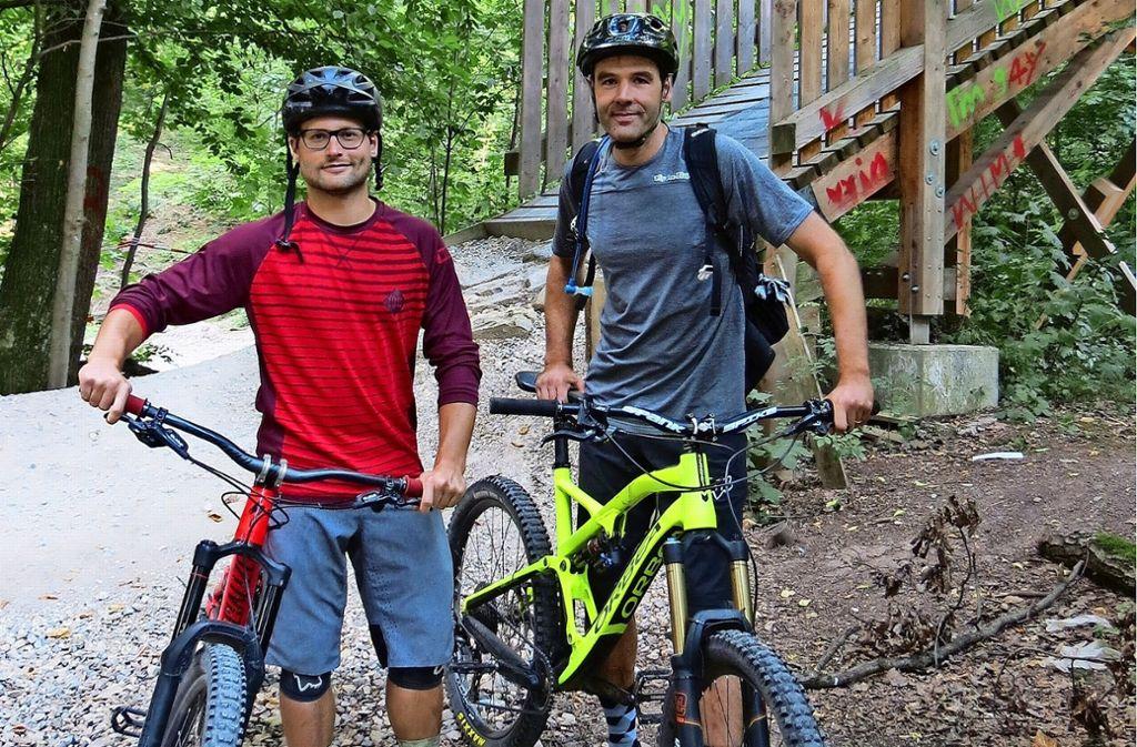 Michael Och (li.) und Nikolas Hein sind passionierte Biker. Der Woodpecker-Trail zwischen Degerloch und Stuttgart-Süd gefällt ihnen jedoch nicht. Foto: Julia Bosch