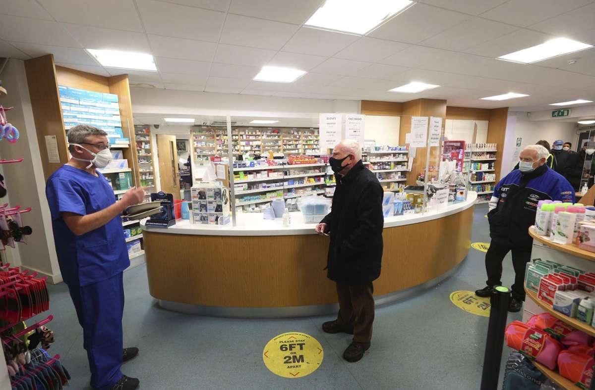 Sechs Apotheken haben in England damit begonnen, den Corona-Impfstoff zu verabreichen. Foto: dpa/Peter Byrne