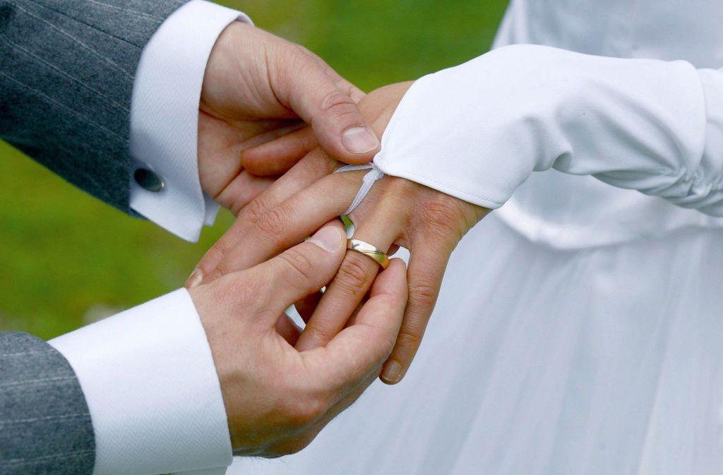 Den Bund für's Leben gehen wieder mehr Paare in Deutschland ein. Foto: dpa
