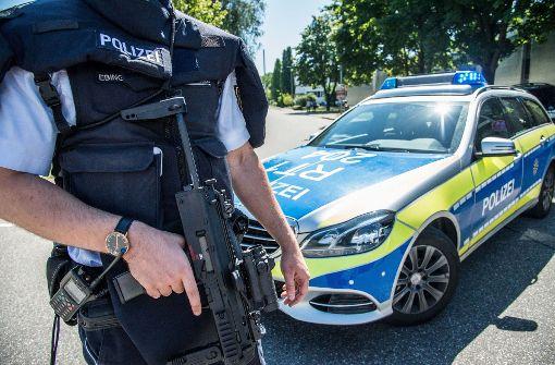Polizei fahndet nach bewaffnetem Mann