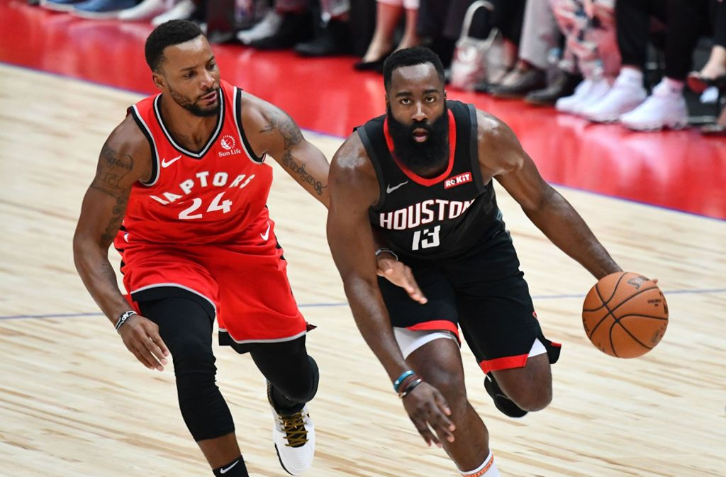 Die NBA um Superstar James Harden (rechts) von den Houston Rockets tourt in der Vorsaison durch Asien. Foto: AFP/KAZUHIRO NOGI
