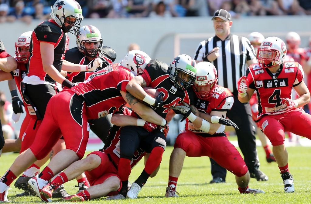 Die Stuttgart Scorpions (ganz in Rot) spielen in der German Football League. Foto: Baumann