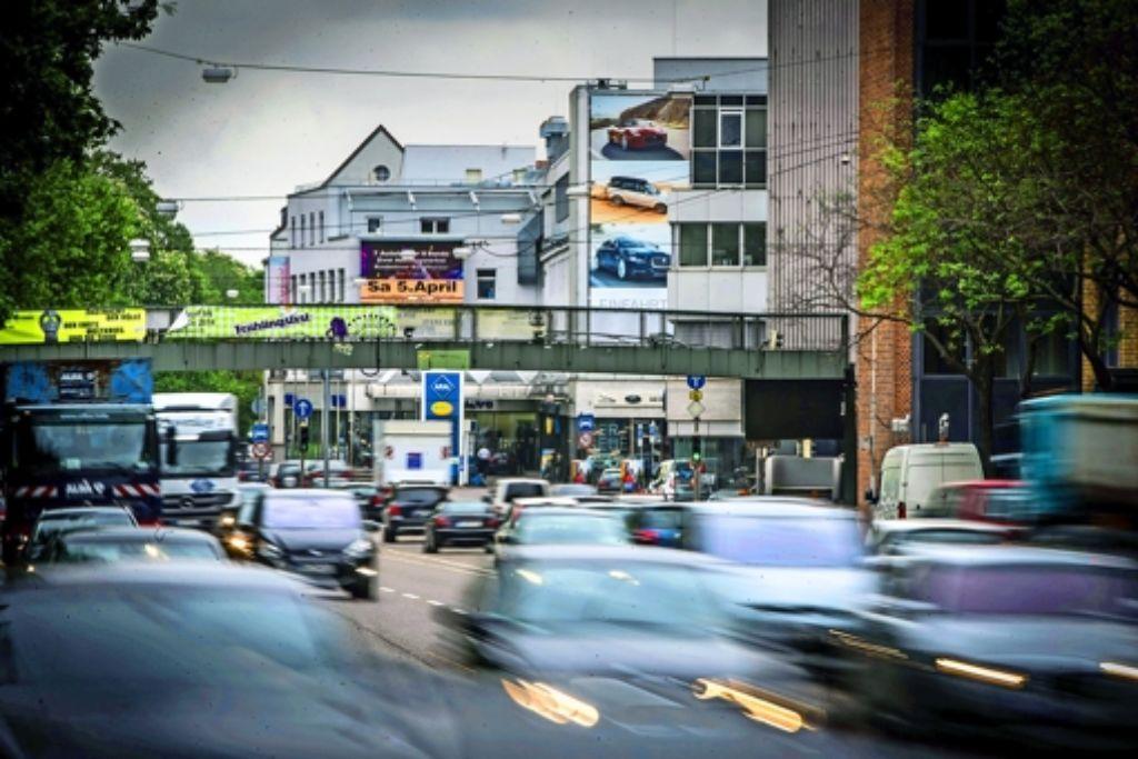 Der starke Autoverkehr am Neckartor gilt als größte Feinstaubquelle. Foto: Achim Zweygarth