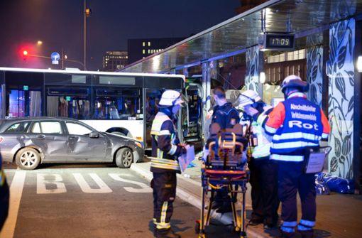 Ein Toter und 23 Verletzte bei Busunfall –  Ermittlungen laufen