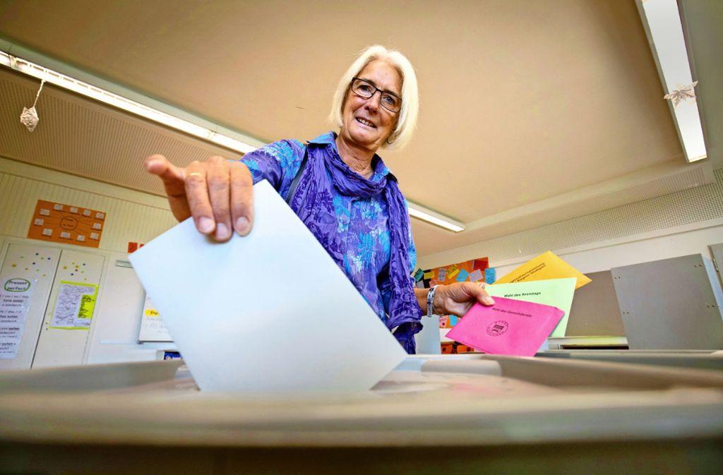 Premiere an einer deutschen Wahlurne: Lynn Jupe steckt  den Stimmzettel für die Europawahl in die Wahlurne. Foto: Michael Steinert