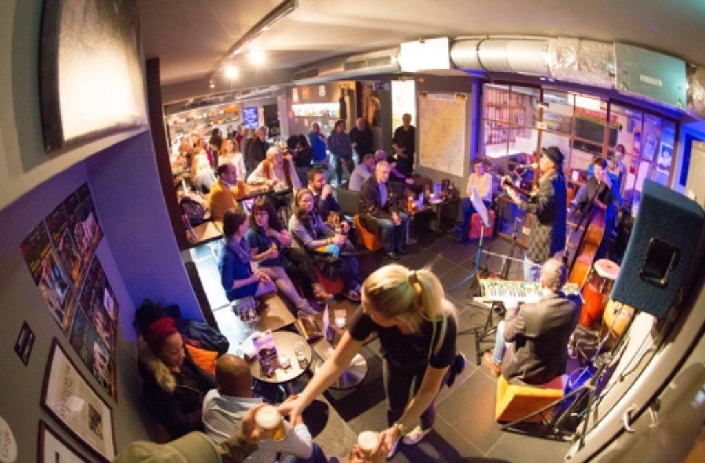 In der Kneipe Eumel am Hölderlinplatz in Stuttgart-West finden regelmäßig Livekonzerte statt – wie hier beim Latin-Abend oder ... Foto: Eumel