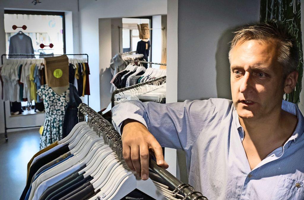 Philipp Scheffbuch verkauft am Neckartor ökofaire Mode. Foto: /Lichtgut/Achim Zweygarth