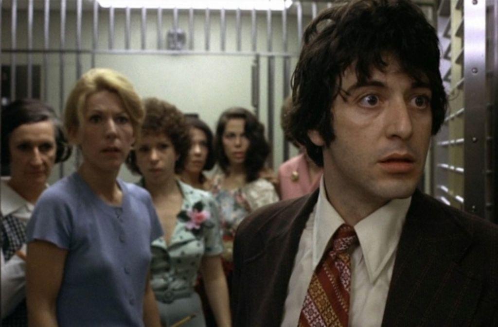 """Sonny (Al Pacino, rechts) wollte nur Geld erbeuten. Stattdessen hat er in """"Hundstage"""" nun eine Gruppe Geiseln im Banktresor und weiß nicht ein noch aus. Foto: Warner Home Video"""
