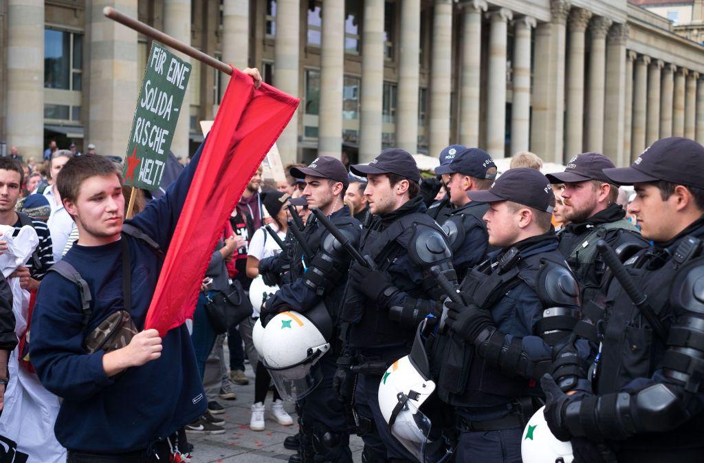 Die Polizei hält die Gegendemonstranten auf Distanz. Foto: Lichtgut/Max Kovalenko