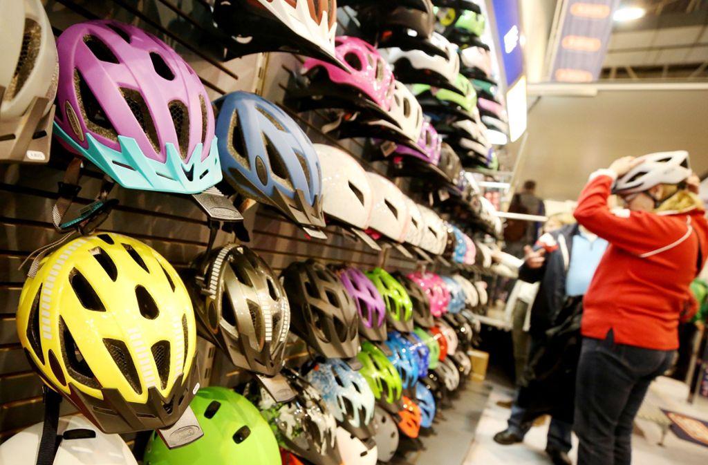 Welcher Fahrradhelm soll es sein? Hersteller lassen sich einiges einfallen, um den Fahrradhelm ansprechender aussehen zu lassen. Foto: dpa