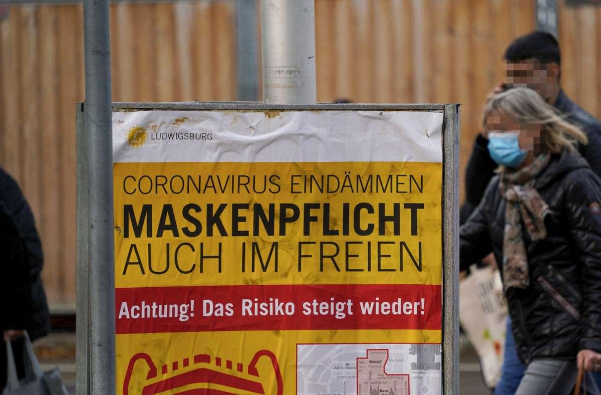 Schilder in der Ludwigsburger Innenstadt weisen auf die generelle Maskenpflicht hin. Foto: factum/Andreas Weise