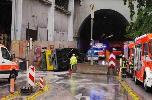 Abschleppwagen kippt um – Polizei sperrt Wagenburgtunnel