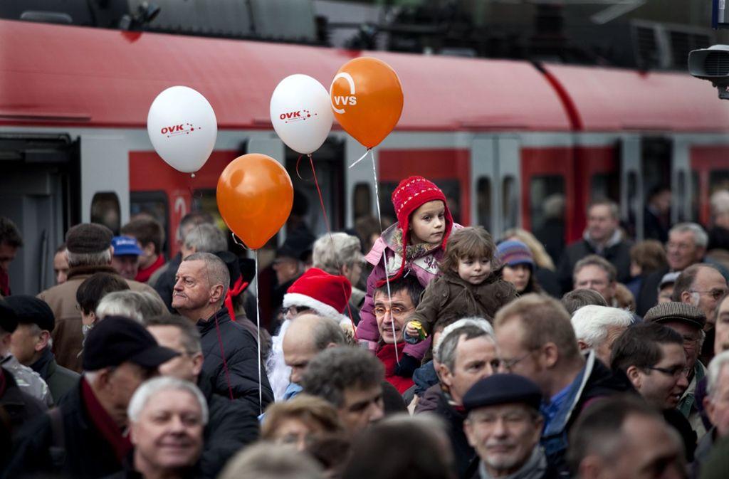 Die S-Bahnverlängerung nach Kirchheim ist im Dezember 2009 mit einem großen Bahnhof gefeiert worden. Jetzt fordern Politiker wegen der großen Nachfrage eine Nachbesserung der Taktzeiten. Foto: Horst Rudel/Horst Rudel