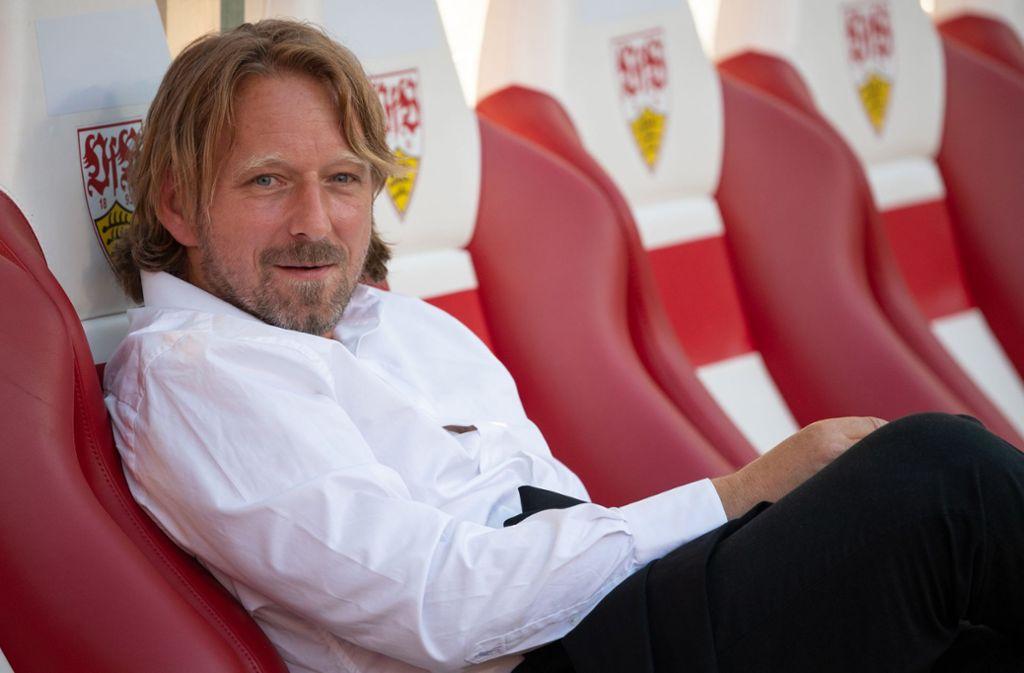 Sven Mislintat, Sportdirektor beim VfB Stuttgart, sitzt auf der Bank. Foto: dpa