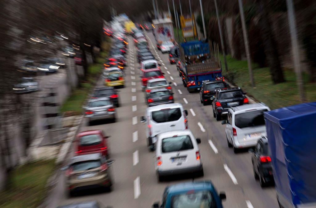 Bei Feinstaubalarm müssen auf der Straße am Neckartor 20 Prozent weniger Fahrzeuge unterwegs sein. Das fordert das Verwaltungsgericht. Foto: Lichtgut/Leif Piechowski