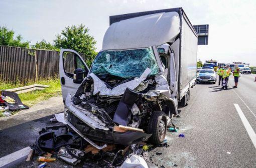 Autobahn nach schwerem Lkw-Unfall kurzzeitig voll gesperrt