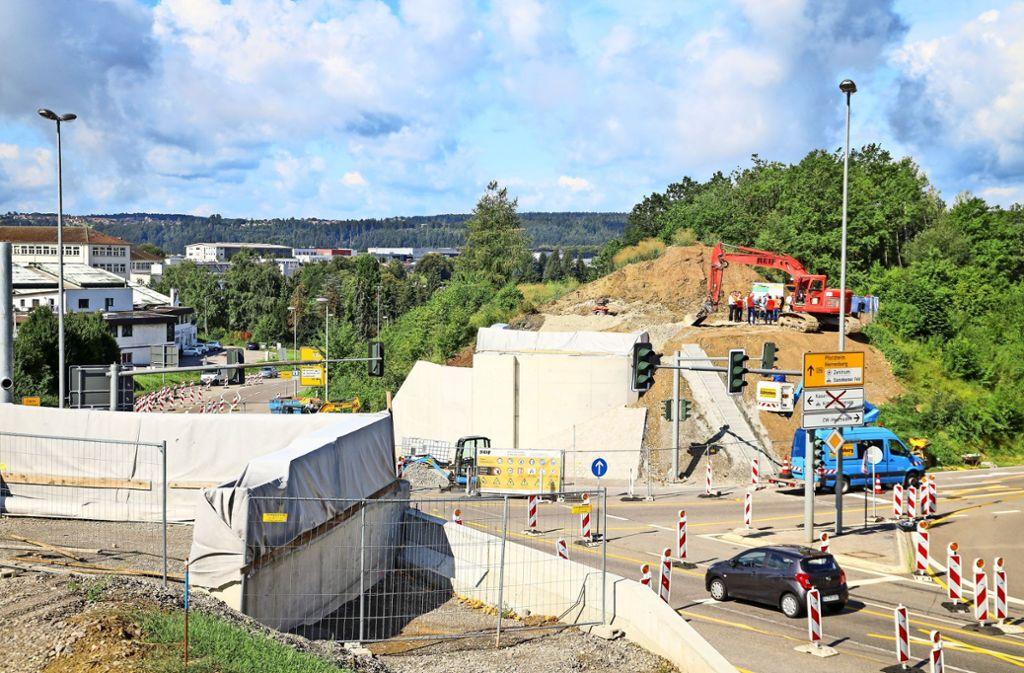In Calw-Heumaden  wird an der Bahn schon gebaut: Derzeit entstehen die Fundamente für die neue Brücke. Foto: factum/