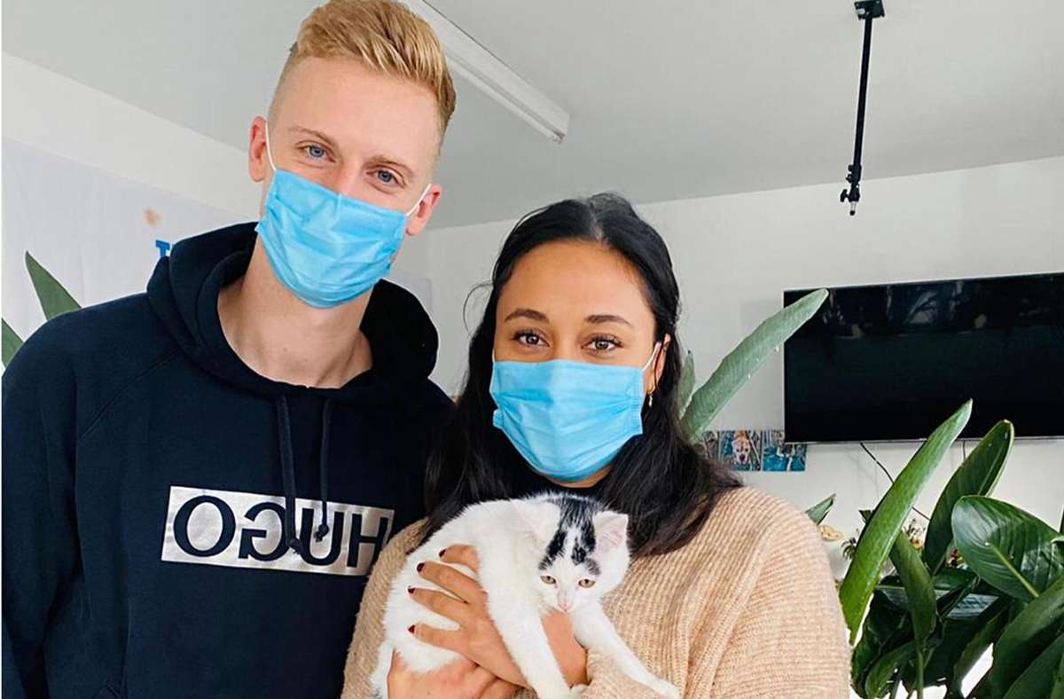 Fußballspieler  Timo Baumgartl mit seiner Freundin Julia und dem Katzenbaby Mimi. Foto: Göthel
