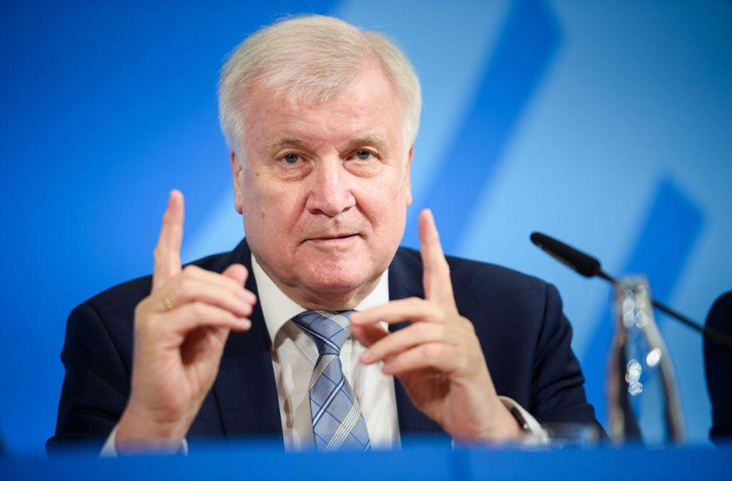 Aufgepasst: Bundesinnenminister Horst Seehofer (CSU) sagt Rechtsextremisten den Kampf an. Foto: dpa/Gregor Fischer