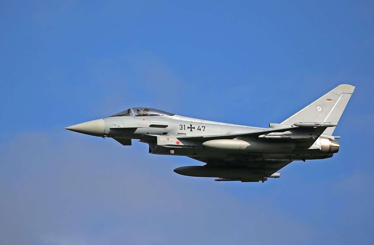 Drei Kampfflugzeuge vom Typ Eurofighter waren über der Region Stuttgart unterwegs. Foto: dpa/Oliver Berg