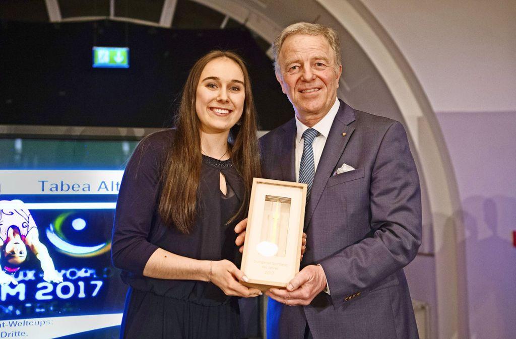Sportlerin des Jahres, Tabea Alt, mit Bürgermeister Martin Schairer Foto: Lg/Willikonsky