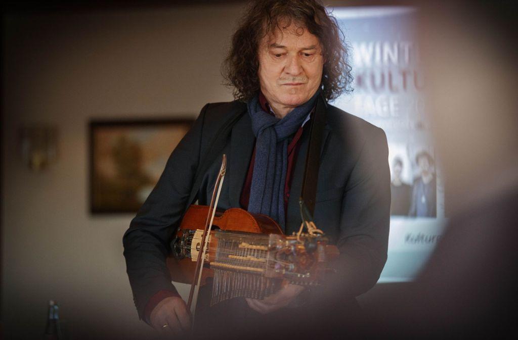 Thomas Roth mit seiner Keyfiddle, er spielt Mitte März in Mainhardt. Foto: Gottfried Stoppel