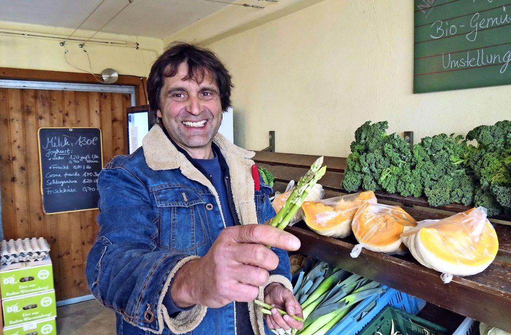 Klaus Brodbeck hat vor zwei Jahren auf ökologische Landwirtschaft umgestellt. Das Gemüse  – zum Beispiel grünen Spargel – verkauft er im  Hofladen in Möhringen. Foto: Julia Bosch